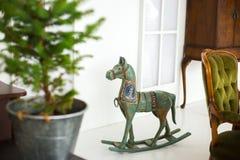 Un caballo de madera para la Navidad un regalo para los niños Fotos de archivo