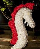 Un caballo hecho por el papel blanco y rojo Imagen de archivo