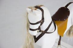 Un caballo mecedora Caballo del juguete del ` s de los niños Caballo blanco del juguete Foto de archivo libre de regalías