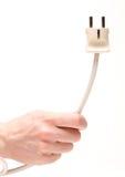 Un cable de transmisión de explotación agrícola del trabajador con el enchufe Fotos de archivo libres de regalías