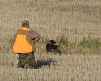 Un cacciatore del fagiano ed il suo cane fotografie stock libere da diritti