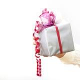 Un cadeau avec une proue est retenu par Woman photos stock
