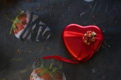 Un cadeau pour aimé dans une boîte sous forme de coeur photographie stock