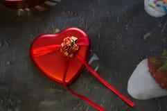 Un cadeau pour aimé dans une boîte sous forme de coeur photos stock