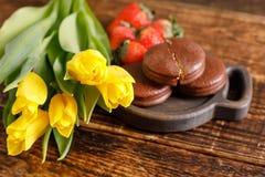 Un cadeau pour le jour du ` s de Valentine Festin romantique Tulipes, biscuits et fraises jaunes sur une table en bois Un cadeau  Photographie stock