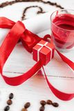 Un cadeau pour le jour du ` s de Valentine, une petite case, une lettre et une bougie de romance Images stock