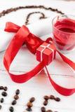 Un cadeau pour le jour du ` s de Valentine, une petite case, une lettre et une bougie de romance Photo stock