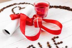Un cadeau pour le jour du ` s de Valentine, une petite case, une lettre et une bougie de romance Photos stock