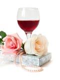 Un cadeau romantique avec deux beaux s'est levé Image libre de droits