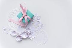 Un cadeau sur une serviette blanche Photo stock