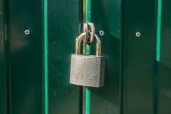 Un cadenas du style ancien sur la porte photographie stock