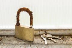 Un cadenas et un ensemble de clés abandonnées Image stock