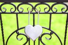 Un cadenas sous forme de coeur Photographie stock libre de droits
