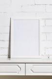 Un cadre blanc sur le mur de briques blanc Image libre de droits