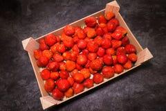 Un cadre en bois complètement de fraises Photos stock