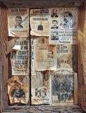 Un cadre en bois complètement des affiches voulues Photographie stock