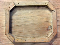 Un cadre en bois stylisé sur le mur en bois Photo stock