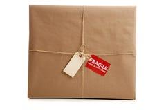 Un cadre enveloppé en papier brun avec l'étiquette blanc Images libres de droits