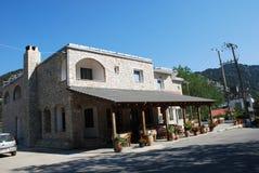 Un café acogedor con un hermoso diseño en una ciudad de vacaciones en la isla de Creta fotografía de archivo