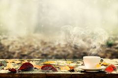 Un café chaud sur la table sur un fond d'automne photo stock