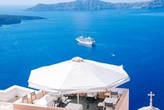 Un café confortable donnant sur la mer Égée et un vapeur de flottement sur l'île de Santorini Paysage naturel scénique Ville de F photo stock