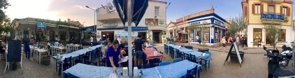 Un café d'air ouvert d'île touristique de Cunda Alibey de ville, Ayvalik C'est une petite île en mer Égée du nord-ouest, outre de photos stock