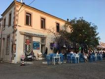 Un café d'air ouvert d'île touristique de Cunda Alibey de ville, Ayvalik C'est une petite île en mer Égée du nord-ouest, outre de photo stock