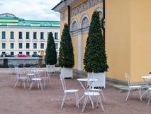 Un café de la calle en el parque en la primavera temprana en abril en el PE del St Foto de archivo libre de regalías