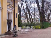 Un café de la calle en el parque en la primavera temprana en abril en el PE del St Imagenes de archivo