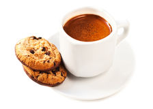 Un café de tasse d'isolement sur le fond blanc avec des biscuits Ameri Photos stock