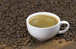 Un café de tasse et grains de café Image libre de droits