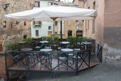 Un café del aire abierto en Siena, Toscana, Italia imagen de archivo
