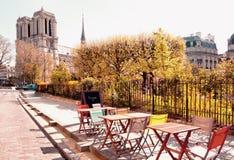 Un café del outddoor al lado de Notre Dame Cathedral en París imagen de archivo