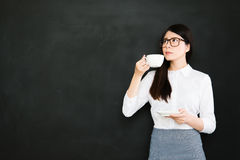 Un café potable de bon jeune professeur asiatique, pensant à l'e image stock