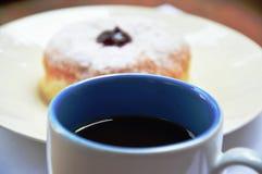 Un café sólo en taza azul y blanca fotos de archivo libres de regalías