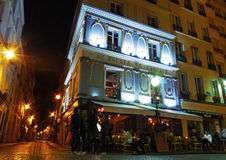 Un café sur un coin de la rue à Paris Image libre de droits