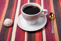 Un café sur une nappe rayée Photographie stock libre de droits