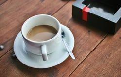 Un café y un cigarrillo Fotografía de archivo libre de regalías