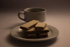 Un caffè e un wafer della tazza Fotografie Stock Libere da Diritti