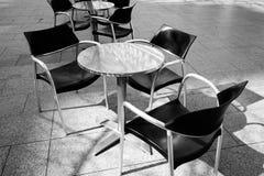 Un caffè esterno in in bianco e nero Fotografia Stock