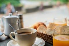 Un caffè in prima colazione sulla tavola Fotografie Stock Libere da Diritti