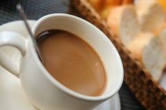 Un caffè sulla tavola Immagini Stock Libere da Diritti