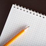 Un cahier et un crayon photo stock