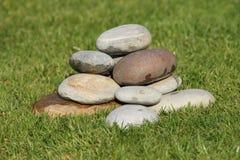 un cairn en pierre dans l'herbe   Photo libre de droits
