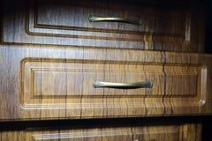 Un cajón abierto de la caja Muebles del roble con las manijas del metal Fotos de archivo libres de regalías