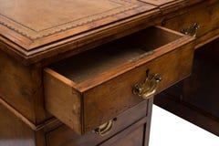 Un cajón entornado de una tabla de madera antigua de la oficina fotografía de archivo libre de regalías