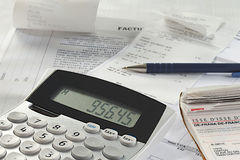 Un calcolatore accanto a lavoro di ufficio finanziario. immagine stock