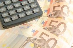 Un calcolatore su un fondo da cinquanta euro Immagini Stock Libere da Diritti