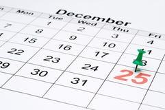 Un calendario con il giorno di Natale segnato con la a Immagini Stock