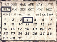 Un calendrier universel de style de vintage avec la date a placé au 4 juillet Images libres de droits